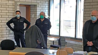 Verborgen unter einer Jacke erwartet der Angeklagte im Missbrauchsprozess den Beginn seines Prozesses vor dem Landgericht Baden-Baden. Rechts sein Verteidiger.