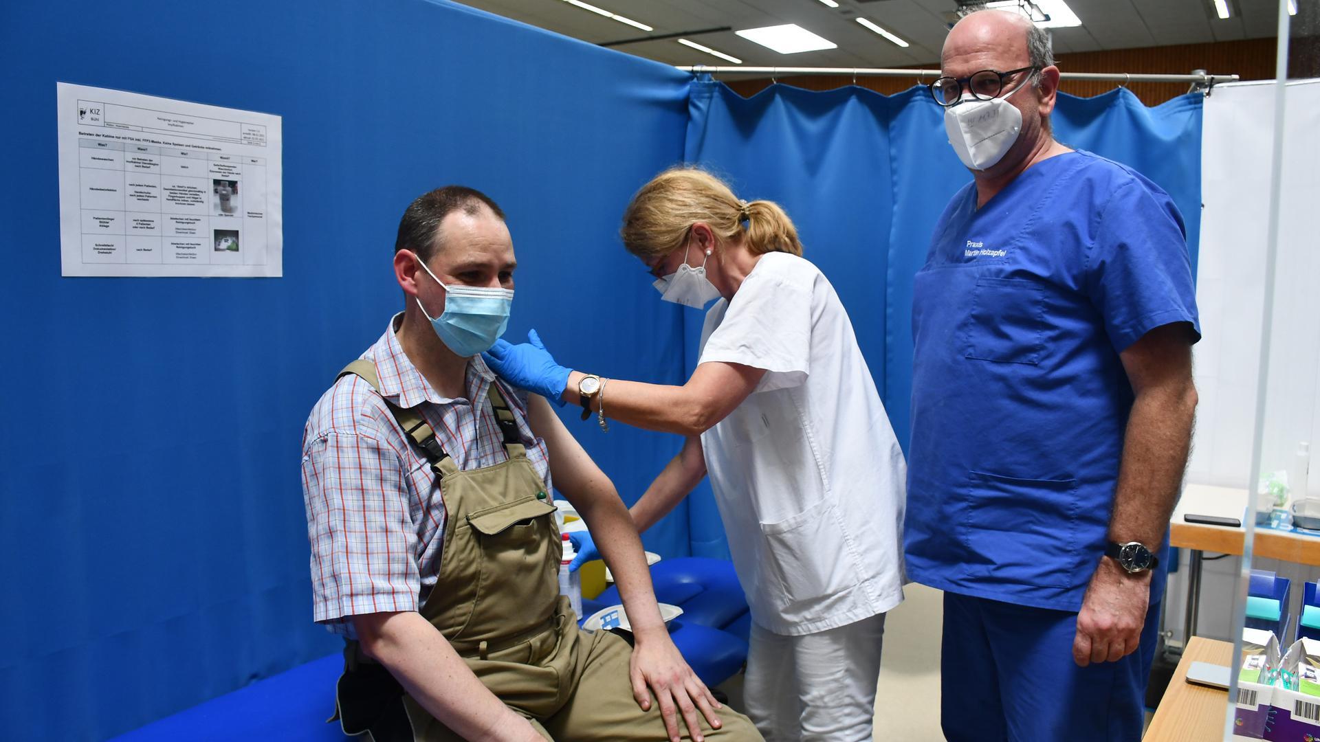 Andreas Bauer aus Bühlertal beim Impfen.