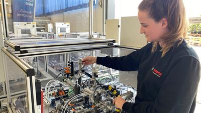Aileen Schmiederer hat bereits vor ihrer dualen Ausbildung im Bosch-Werk in Bühl gearbeitet. Ihr Wissen will sie nun vertiefen. Teil der Ausbildung ist der Bau eines Handhabungsgeräts wie hier im Bild zu sehen.