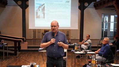 Neue Ideen: Andreas Gerdes ist Professor für Bauchemie. Er erklärte dem Bühler Gemeinderat, wie Kommunen teure Bauschäden vermeiden können.