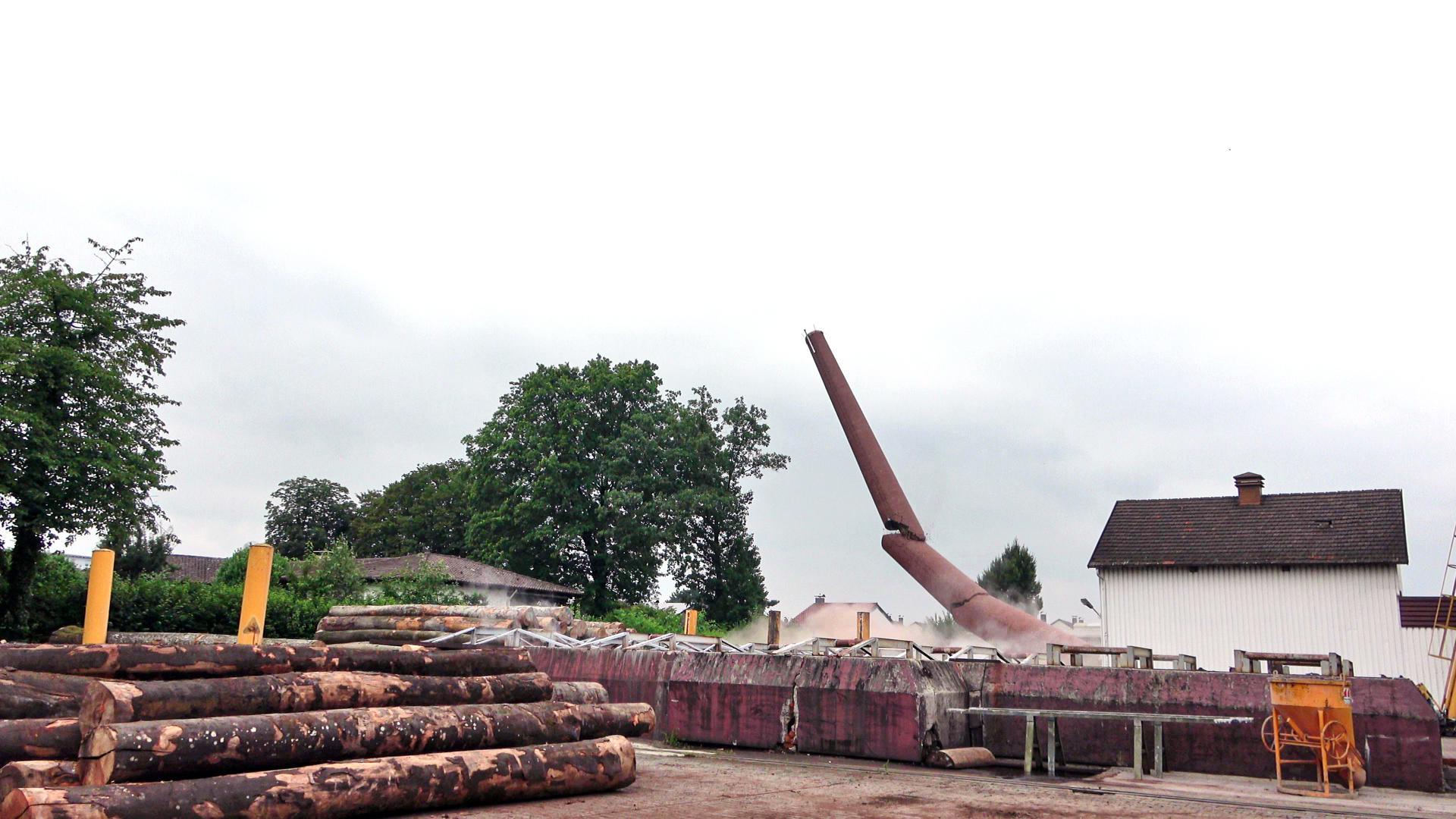 Punkt 13 Uhr war der 35 Meter hohe Schornstein des Bühler Furnierwerks nur noch Geschichte. Sprengmeister Helmut Hörig hatte ihn exakt an die geplante Stelle fallen lassen. Foto: Michael Brück