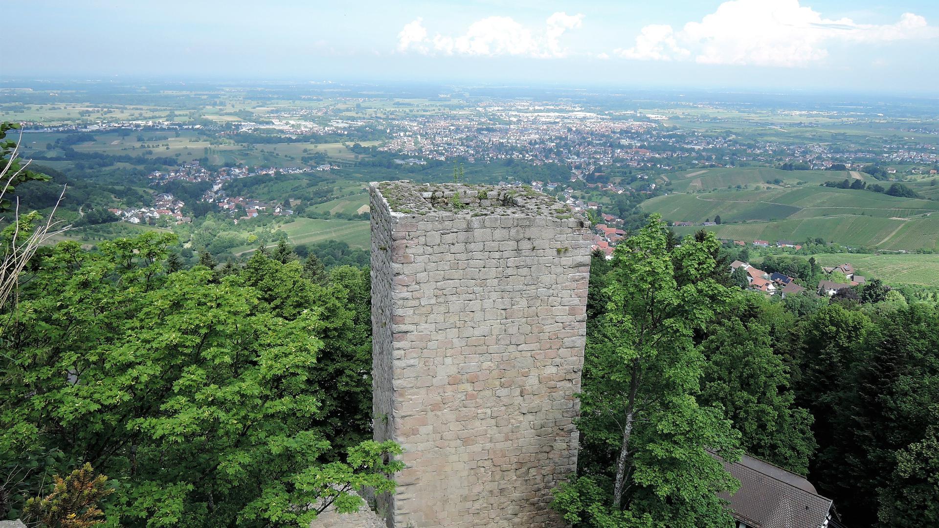Bühl liegt in der nördlichen Ortenau. Das Foto zeigt einen Blick von der Burg Windeck auf die Stadt.
