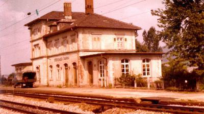 Bahnhofsgebäude, Blick über die Gleise auf das Gebäude.
