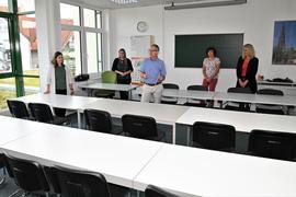 Nur zufriedene Gesichter: Bürgermeister Wolfgang Jokerst und Abteilungsleiern Julia Huber (links) besichtigen mit dem Team des Bildungsportals die neuen Räume.