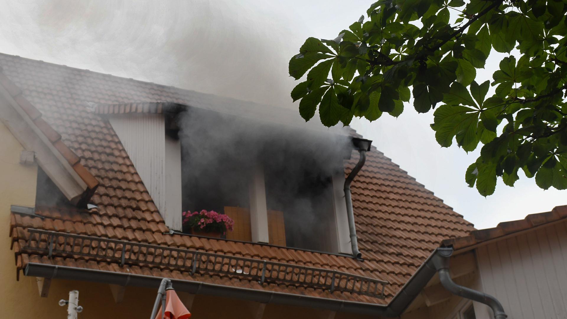 Vier Personen, darunter ein Kind waren bei dem Brand in Steinbach von Rauchgas betroffen. Zudem wurde in dem Haus eine tote Person gefunden.