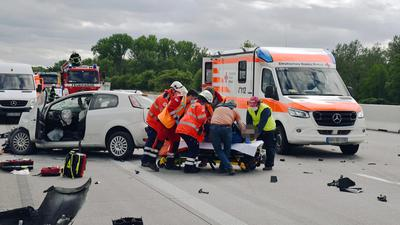 Schwerer Unfall auf Autobahn A5 bei Sinzheim, Einsatzkräfte am Unfallort