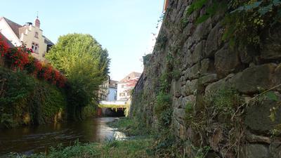 Bach mit Steinmauer