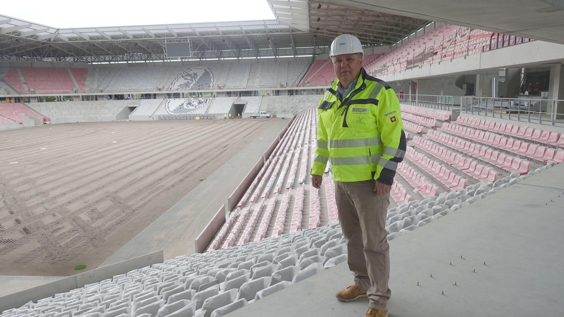 Mann in Fußballstadion