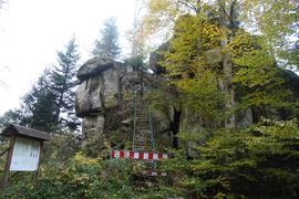 Burg Bärenstein, kaum noch sichtbare Reste einer abgegangenen Burganlage mitten im Wald unterhalb des Sand an der Schwarzwaldhochstraße