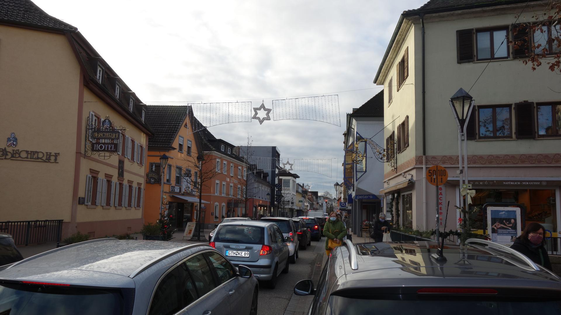 Auto an Auto: Schon am Vormittag zog es viele Kunden in die Bühler Innenstadt. Dort ging es wegen des hohen Verkehrsaufkommens zeitweise nur noch Stop-and-Go.