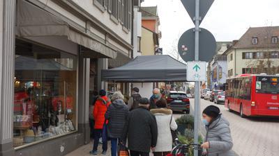 Schlange vor dem Einkauf: Geduld zeigen die Bühler Bürger bei der Besorgung der Weihnachtsgeschenke. Vor einigen Geschäften bildeten sich zeitweise Warteschlangen.