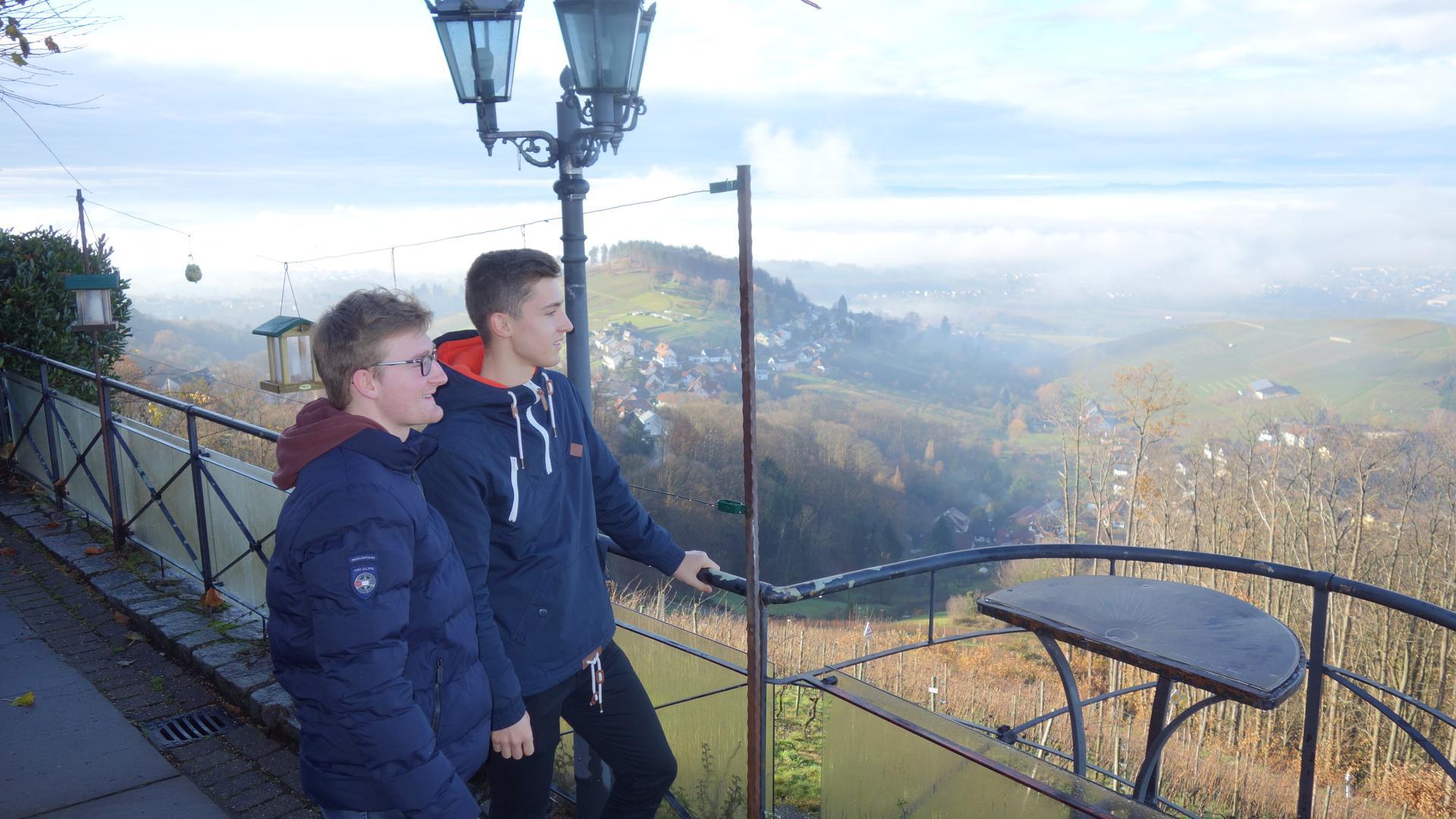Bühl im Visier: Viele Beispiele zum Thema Nachhaltigkeit in Bühl zeigen Jonathan Bertele (links) und Alexander Lienhart auf. Schüler des Windeck-Gymnasiums haben damit einen Nachhaltigkeitspfad konzipiert.