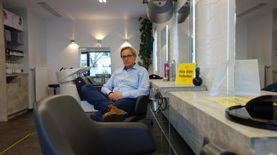 Friseur Uwe Gressinger in seinem Salon in der Bühler Schlossstraße
