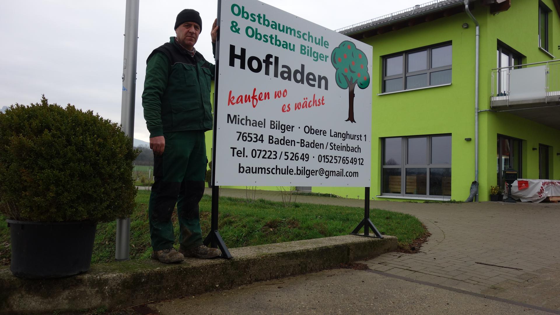 An gleicher Stelle: Landwirt Michael Bilger mit dem Schild an der Einfahrt zu seinem Obsthof.