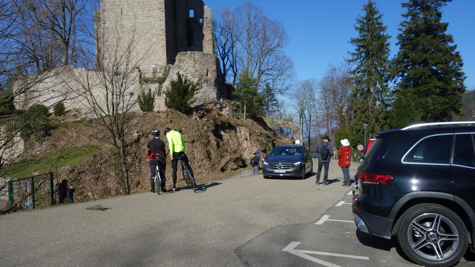 Ausflug an die Sonne: Auf der Burg Windeck herrschte Hochbetrieb. Radler, Wanderer und Spielplatzbesucher nutzten das herrliche Wetter.