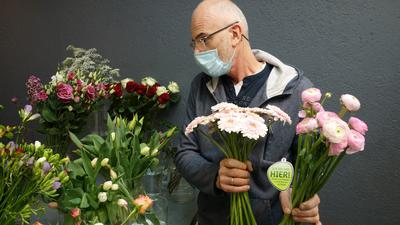 Blumen von hier: Einige Händler haben kaufen bei regionalen Blumenbetrieben ein. Die Floristen sind froh, die Läden  nach Wochen wieder öffnen zu können.