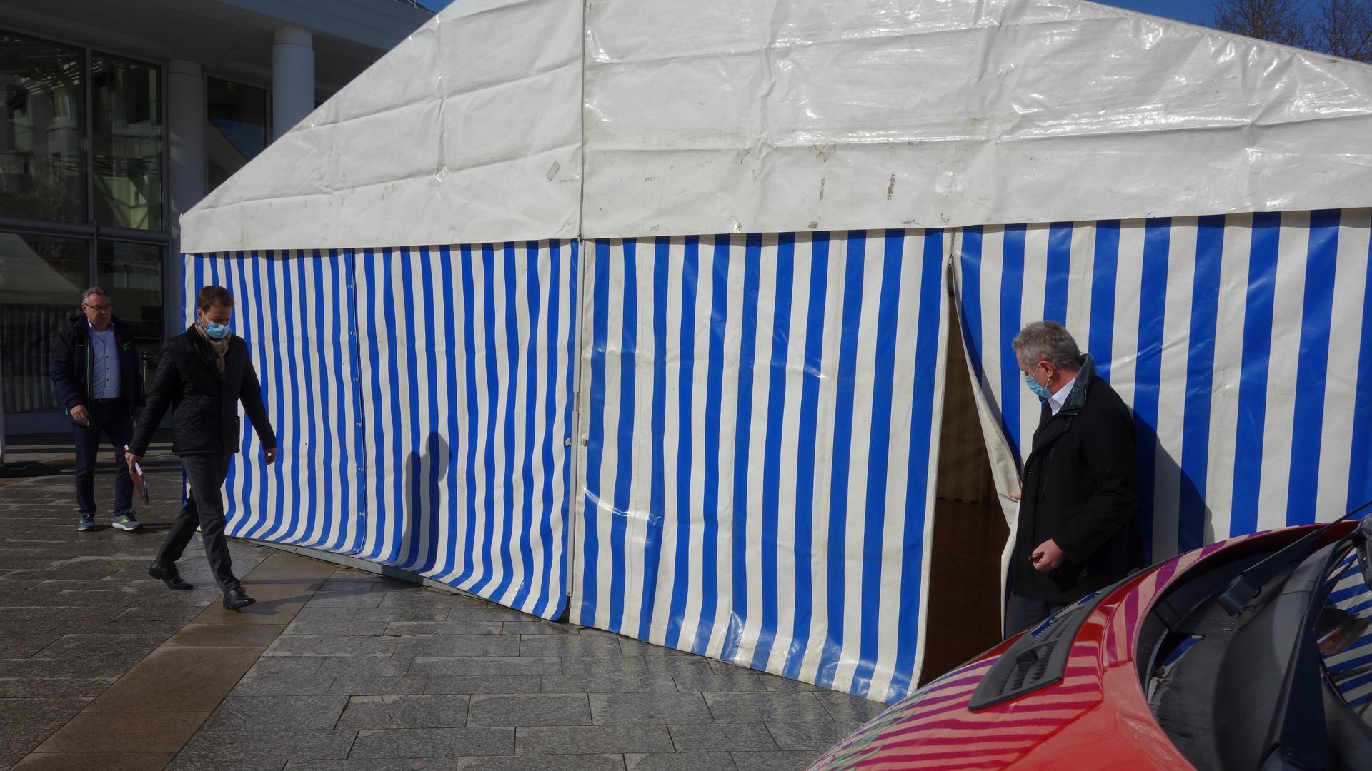 Testen im Zelt: Einen Blick waren Bürgermeister Wolfgang Jokerst, Felix Brenneisen und Klaus Dürk (von rechts) vor dem Start am kommenden Mittwoch in das bereits aufgebaute Zelt neben dem Bürgerhaus.