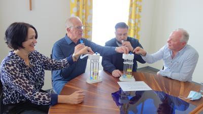 Atemtraining in Aktion: Die Funktion des Atemfux erklärt Guido Kohler (zweiter v. links) mit Helga Schönhoff, Petros Grammenos und Waldemar Schulde bei Pallium.