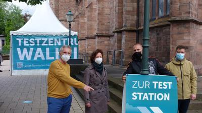 Hier gehts lang: Auf den Wegweiser zur neuen Teststation weist Bürgermeister Wolfgang Jokerst mit Bettina Streicher, Christian Schnürle und Sebastian Böckeler hin.