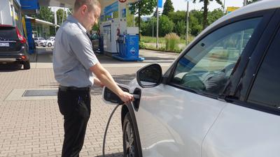 Autohaus Grethel in Bühl - Mann lädt Elektro-Auto an Zapfsäule