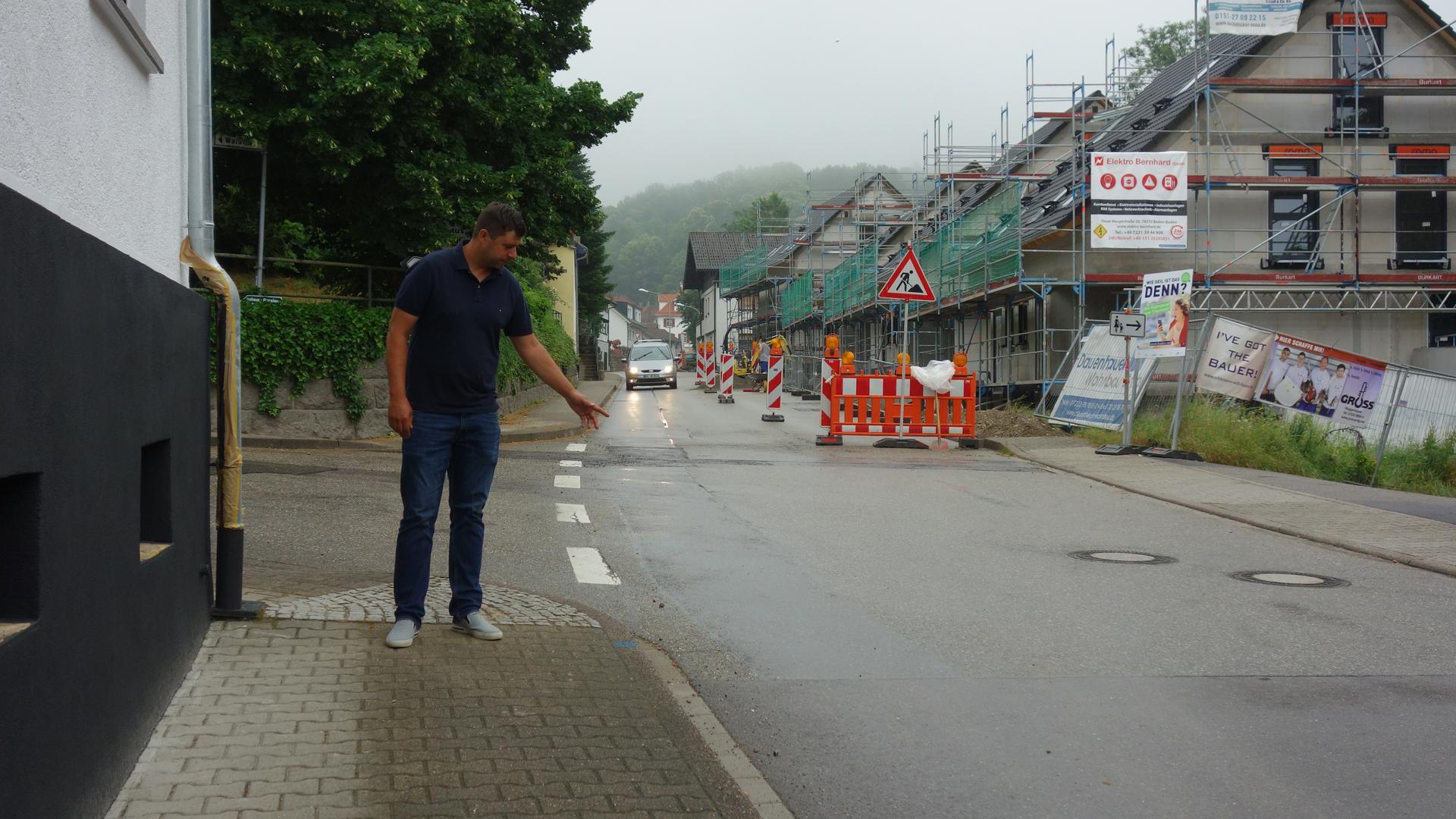 Keine Durchfahrt: Dominik Merz zeigt den Beginn des ersten Bauabschnittes vor der Einmündung der Waldmattstraße. Die Fahrbahndecke der Schwarzwaldstraße wird in mehreren Abschnitten bis Neusatzeck bis Mitte November saniert.