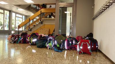 Wieder in Aktion: Die Schulranzen sind durch den Start des neuen Schuljahres wieder voll gepackt. Es herrscht eine durchgehende Maskenpflicht.