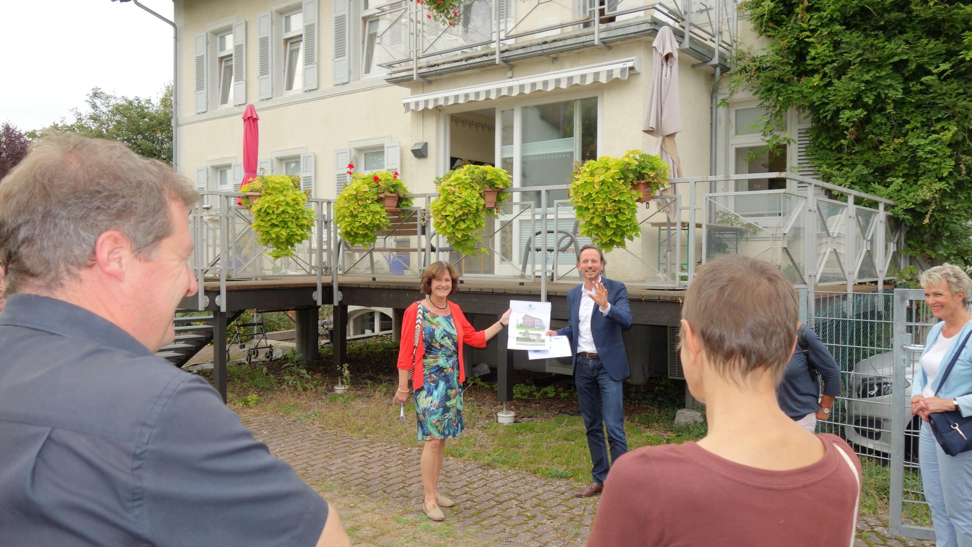 Vorstellung vor Ort: Die Caritas-Tagespflegestätte in der Sommerstraße in Steinbach, das ehemalige Spital, findet mittlerweile einen großen Zuspruch.