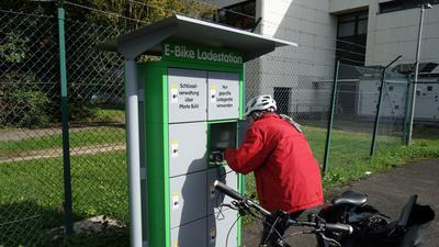 Laden in der Box: Für den Ladevorgang verstaut Bosch-Mitarbeiterin Margrit Baumgartner das Ladegerät mit dem Akku für ihre E-Bike in einer speziellen Ladestation beim Fahrrad-Park des Unternehmens.Foto: Andreas Bühler