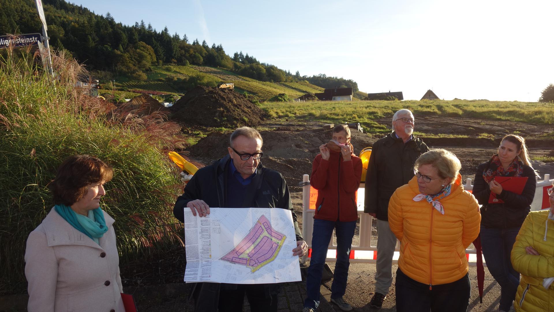 Interesse am Baugebiet: An der Weinstraße in Neuweier kommen die Erschließungsarbeiten voran. Bei einem Rundgang stellten Bürger  Fragen an OB Margret Mergen.