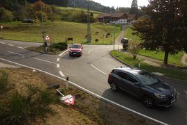 Freie Fahrt: Der Verkehr fließt wieder ungehindert auf der Kreuzung bei Neusatzeck. Dominik Merz vermisst nur noch die passende Neugestaltung der kleinen Verkehrsinsel, auf der er steht.
