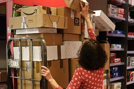 Die Pakete stapeln sich schon: Postannahmestellen nehmen mehr Pakete entgegen, als es noch vor Corona der Fall war.