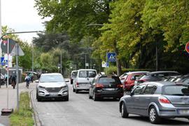 Stoßstange an Stoßstange rollen die Autos in der Adalbert-Stifter-Straße.