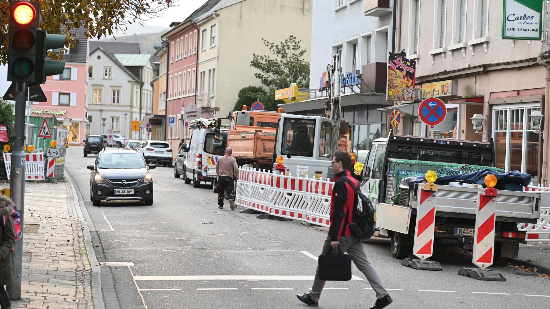 Blockiert: Gleich an beiden Seiten der Eisenbahnstraße wird im Bereich der Bürgersteige gearbeitet.