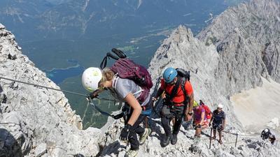 Jubiläumstour: Der Höllental-Klettersteig an der Zugspitze gewährt faszinierende Tiefblicke (unten ist der Eibsee zu sehen). Anlässlich des 200. Jahrestages der Erstbesteigung des höchstens Berges Deutschlands führte Ralf Dujmovits ein Team auf den Gipfel.