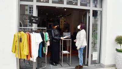 Zwei Menschen an Ladentür