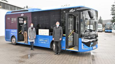 Der erste Elektrobus der Stadt: (von rechts) Geschäftsführer Jürgen Faller, seine Tochter Nicole und Jörg Zimmer von der Stadtverwaltung präsentieren das 450.000 Euro teure Fahrzeug.