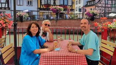 Drei Personen im Restaurant