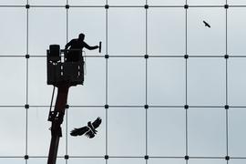 Würde inGenf bei einer vollen Stelle rund 3800 Euro brutto im Monat verdienen:Ein Gebäudereiniger beim Reinigen von Fenstern.