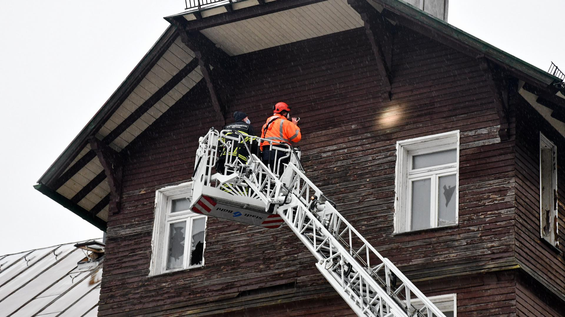Genaue Inspektion: Experten haben vor dem geplanten Abriss des ehemaligen Knappschaftsheimes auf Hundseck eine Fledermaus entdeckt und diese geborgen.