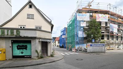 """Große Baustelle: Das frühere Gasthaus """"König David"""" wurde abgerissen und durch einen Neubau (rechts) ersetzt. Das Gasthaus """"Blume"""" dahinter wird saniert. Das Schuhhaus Meier (links) ist vom Abriss bedroht."""
