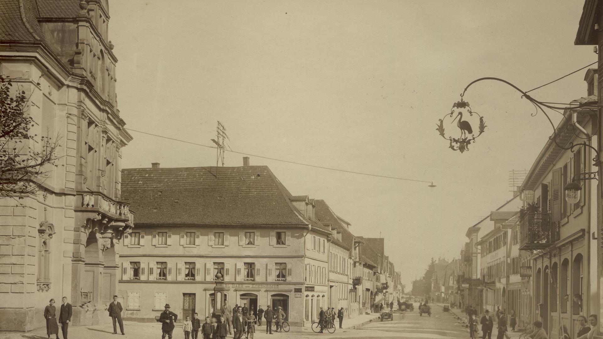 Mitten in der Stadt: Im Eckhaus Hauptstraße/Eisenbahnstraße war der Textilladen Edesheimer-Baer zuhause.