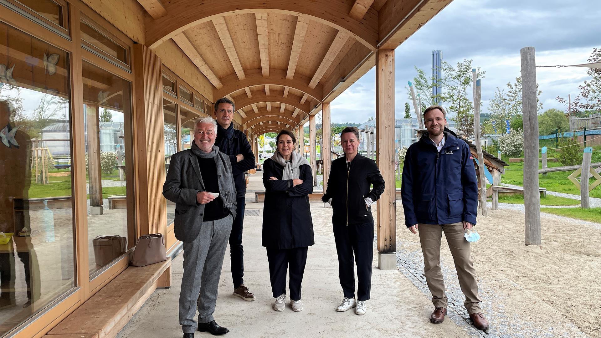 Die Jury bei ihrer Rundreise: (von links) Hans Klumpp, Jan Richter, Amber Sayah, Tanja Gerst und Bürgermeister Raphael Knoth.