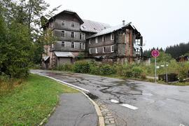 Schandfleck: Die Kurhausruine Hundseck ist nach dem Teilabriss 2012 erneut einsturzgefährdet. Der Abriss des rechten Fachwerktraktes ist geplant.