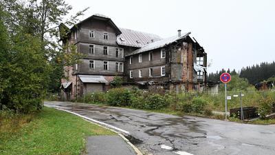 Schandfleck: Die Kurhausruine Hundseck ist nach dem Teilabriss 2012 erneut einsturzgefährdet.