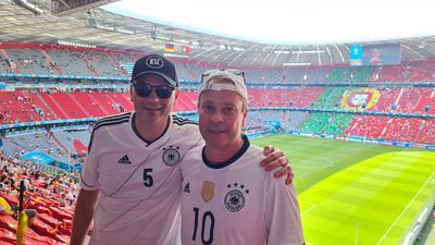 Zwei Männer im Stadion