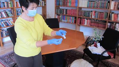 Schnell aber viel Arbeit: Mit dem Schnelltest kann binnen weniger Minuten eine Infektion mit Corona festgestellt werden. Für die Bewohner von Seniorenheimen ergeben sich Erleichterungen bei den Besuchen.