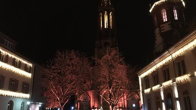 Bühl Baden Nächtlicher Blick auf die adventlich illuminierte Kirche und das Rathaus.