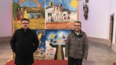 Zwei Männer in einer Kirche vor einem Fastenbild