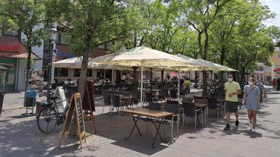 Auf dem zu großen Teilen von der Gastronomie belegten Johannesplatz in Bühl bleiben am Freitagnachmittag noch viele Tische und Stühle leer.