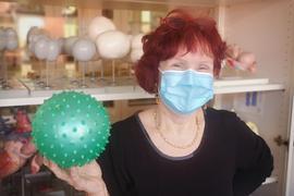 """Biologie-Lehrerin Barbara Becker mit  einem """"Corona-Virus-Modell""""."""